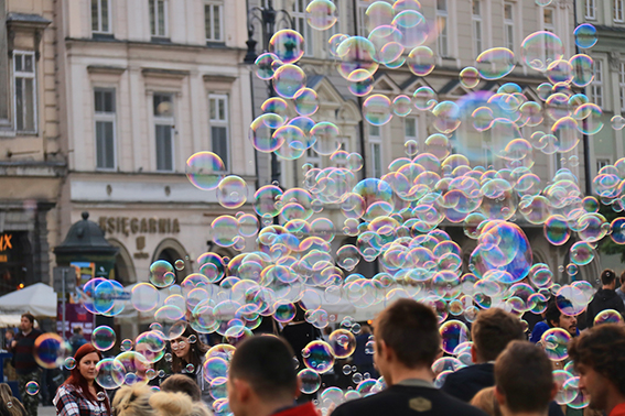 Blowing soap bubbles on the Main Market Place in Kraków ©Urheber-ID 986011