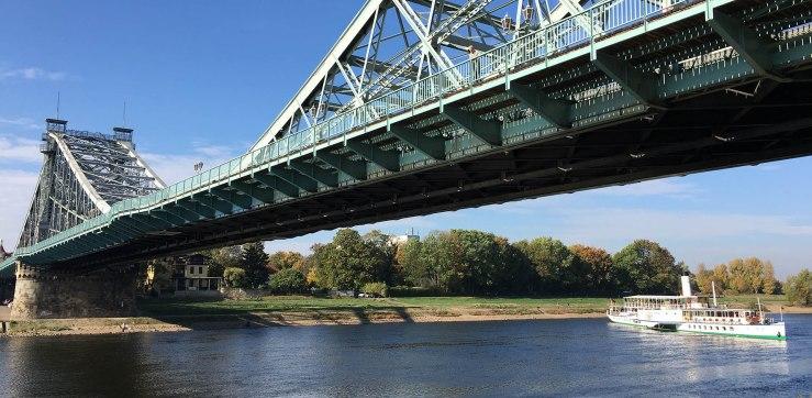 """""""Blaues Wunder"""" lautet der Name der Loschwitzer Brücke in Dresden. Diese Elbbrücke verbindet die Stadtteile Blasewitz am linken und Loschwitz am rechten Ufer miteinander."""