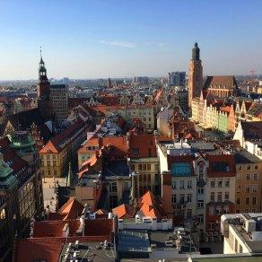 Rechts ist der Turm der Elisabethkirche zu sehen, von dem man einen schönen Überblick über Breslau erhält.