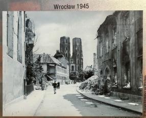 Anfang 1945 wurde Breslau von den russischen Truppen ausgebombt und der Dom dabei zu 70% zerstört. 1946-1951 fand der Wiederaufbau statt.