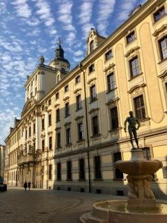 Eines der Gebäude der Universität von Breslau, dass den Festsaal Oratorium Marianum beherbergt und vom Mathematischen Turm überragt wird
