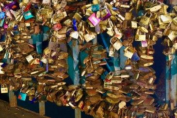 Liebes-Schlösser am Geländer der Dombrücke