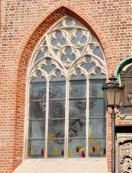 St. Elisabeth-Kirche mit einem Fensterbild von Papst Johannes Paul II, bürgerlich Karol Józef Wojtyła