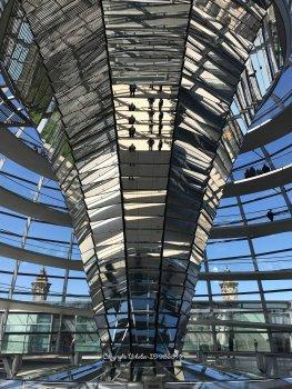 Im Inneren der Glaskuppel auf dem Reichstagsgebäude