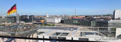 Blick auf den Lehrter Bahnhof (Hbf), das Bundesministerium für Bildung und Forschung und dahinter die Charité (v.l.n.r.)