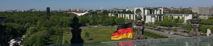 Bundeskanzleramt rechts hinter dem Platz der Republik und links daneben das Haus der Kulturen der Welt
