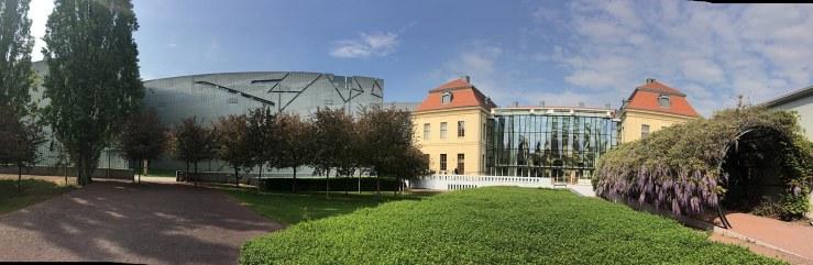 Blick aus dem Museumsgarten auf den Altbau (rechts) und den Libeskind-Bau (links) des Jüdischen Museums in Berlin