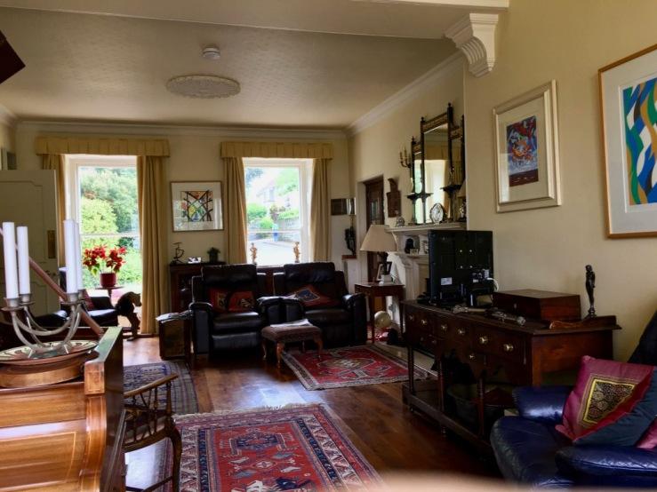Wohnzimmer im La Roche, in dem man sich zum Lesen, Entspannen oder Gespräch niederlassen kann.